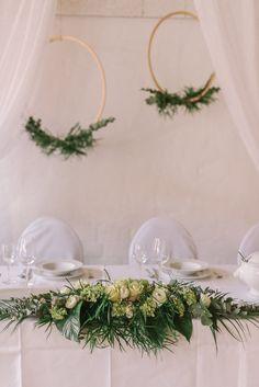 Ein wahrer Blickfang! Das satte Grün des Pflanzenarrangements setzt besondere und natürliche Akzente und liegt dabei voll im Trend. Durch die weißen Rosen werden dem Arrangement auch eine zarte und romantische Eleganz eingehaucht.  ____ Fotografie: Mareike Murray  #greenery #hochzeit #braunschweig #deko #grün #floristik Pantone, Greenery, Wreaths, Home Decor, Color Of The Year, Exotic, Getting Married, Plants, Nice Asses