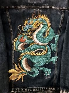 This Ready-to-Wear customised denim jacket has been painted with an original design from 'Ingfamou. Customised Denim Jacket, Custom Denim Jackets, Painted Denim Jacket, Painted Jeans, Painted Clothes, Custom Clothes, Diy Clothes, Denim Art, Denim Outfit