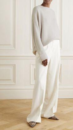 White Sweater Outfit, White Oversized Sweater, Cream Sweater, Minimalist Fashion Women, Minimalist Chic, Minimalist Living, Clothing Studio, Neutral Outfit, Neutral Style