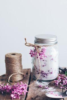 lilac sugar favors in mason jar, by Call me cupcake Mason Jar Wedding Favors, Wedding Favours, Summer Wedding Favors, Wedding Ideas, Wedding Designs, Rustic Wedding, Studio Decor, Call Me Cupcake, Diy Inspiration
