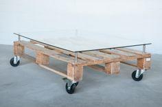 L'estoc | Muebles con valor añadido-Palet recuperado con sobre de cristal laminado y ruedas con fijación. Acabado en madera natural y transfer de anuncio de Gillette.