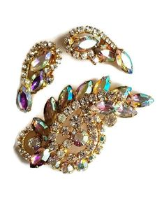 Vintage AB Rhinestone Brooch and Earring Set, Glittering Vintage Jewelry Set by JanesVintageJewels on Etsy 60s Jewelry, Vintage Jewellery, Vintage Brooches, Vintage Earrings, Jewelry Sets, 80s Earrings, Contemporary Jewellery, Earring Set, Costume Jewelry