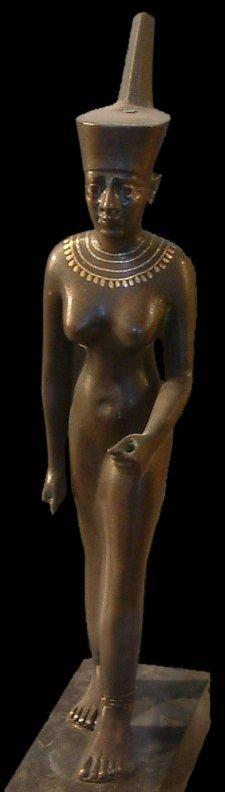 Neith est une ancienne déesse d'origine libyenne, gardienne de la couronne Decheret, vénérée dans la ville de Saïs. Déesse au caractère guerrier, elle est associée aux victoires militaires du pharaon. Elle est parfois coiffée d'un hiéroglyphe ovoïde représentant la navette des métiers à tisser. Elle est la protectrice de ceux qui travaillent & produisent les tissus, étoffes & bandelettes nécessaires pour les rites de momification - Statuette en bronze - Musée du Louvre, Paris.