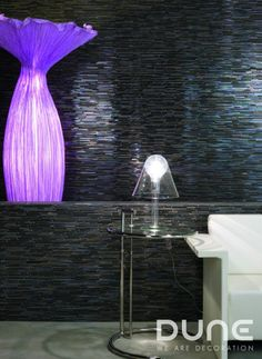 Mosaicos de piedra y cristal de tonos negros e iridiscentes.  http://www.dune.es/es/products/emphasis-mosaico/materia-mezcla-de-materiales/avatar/186545