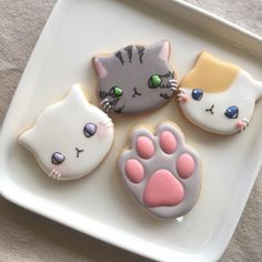 The paw is soooo cute! Kawaii Cookies, Cat Cookies, Sugar Cookies, Cookie Icing, Royal Icing Cookies, Cute Baking, Kawaii Dessert, Cute Desserts, Cookie Designs