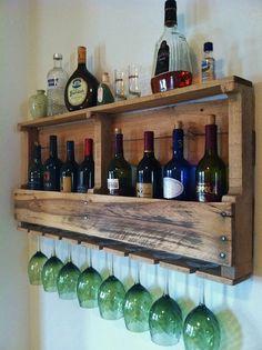 Weinflaschen & Weingläser im rustikalen Vintage-Look in der Küche #organisation #diy #dekoration
