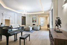 Nos encanta el toque que le da el piano a este salón tan elegante.