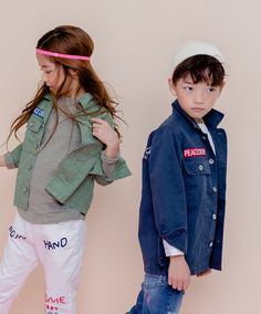 Unisex Spring look by Apple Smile. New and colorful Apple Smile products have arrived. Check out the new Spring 2018 collection. It again contains many colorful unisex prints on sweaters and shirts. www.kkami.nl/product-category/apple-smile/ #AppleSmile #Spring2018 #kidsfashion #unisex #KKAMI