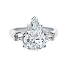 滴型にカットのセンターストーンとテーパード・バゲットカットのダイヤモンドにより上品で可憐なデザイン *エンゲージリング 婚約指輪・ハリーウィンストン一覧*