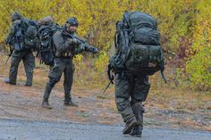 Canadian soldiers during the final exercise of the Patrol Pathfinder course ar CFB Valcartier in 2018 Canadian Soldiers, Canadian Army, Force Pictures, Royal Canadian Navy, Armed Forces, Troops, Camouflage, Air Force, Past