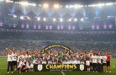 Das Team und das Team hinter dem Team: Das sind die Weltmeister 2014.