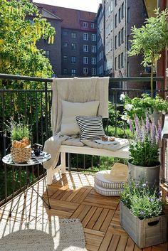 Même si notre balcon est petit, on peut utiliser de jolis pots et bacs pour y ajouter de la verdure et des fleurs. Il suffit de les choisir en proportion avec l'espace disponible.