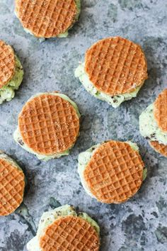 Recipe // Dutch Stroopwafel Ice Cream Sandwiches At some point this weekend, I got a little bored and ended up making some waffle ice cream sandwiches to pass the time. Well, okay. They're not actually waffles. They're Dutch stroopwafels Ice Cream Cookies, Ice Cream Desserts, Köstliche Desserts, Frozen Desserts, Ice Cream Recipes, Frozen Treats, Delicious Desserts, Dessert Recipes, Yummy Food