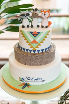 Bolo de três andares em pasta americana com estilo Boho e bichinhos. Os tons laranja, verde, marrom, branco e azul marinho deram um charme ao estilo étnico da festa do Nicholas! Foto: Gisele Rampazzo Baby Cakes, Baby Shower Cakes, Tribal Baby Shower, Baby Boy Shower, Baby Boy Birthday, 1st Birthday Parties, Fox Cake, Woodland Cake, Baby Party