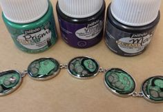 Modèle-Using three different kinds of Pebeo paints to get unique resin jewelry!