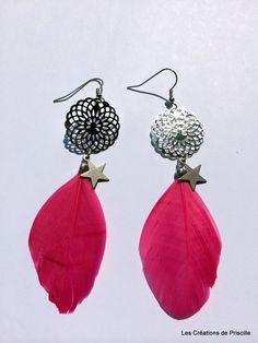 Boucles d'oreilles plumes roses et estampes rosaces argentées : Boucles d'oreille par les-creations-de-priscille