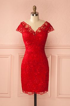 Les déesses hollywoodiennes défilent sur un tapis rouge vintage.  Hollywood goddesses parade on a vintage red carpet.  Achta Passion - Red lace short sleeved dress  www.1861.ca
