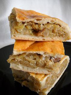NECESARE : 2 capatani varza dulce (aproximativ 2.5 kg),400 g.slanina afumata,1 kg faina alba,30 g drojdie,sare, piper,apa,1 ou , PREPARARE: Umplutura:Varza se taie fidea. Slanina afumata se taie bastonase dupa care se pune la prajit. Cand este prajit si a lasat untura adaugam varza taiata. Condimentam cu sare daca mai e nevoie, cu piper dupa