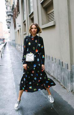 O vestido com golinha e no tamanho midi fica super fashionista com o tenis e bolsa prateadas! it girl - vestido-preto-estampa-colorida-tenis - vestido - inverno - street style