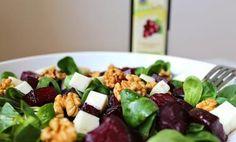 Salát z červené řepy s kozím sýrem a ořechy Fruit Salad, Cobb Salad, Kung Pao Chicken, Food And Drink, Baking, Ethnic Recipes, Fruit Salads, Bakken, Backen
