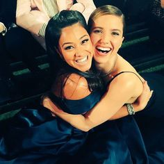 Pin for Later: America Ferrera Takes the Prize For Best Golden Globes Selfie Gina Rodriguez and Sophia Bush