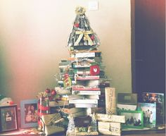 This Christmas tree made from Aoyama Gosho, Nicolas Sparks, Sir Arthur Conan Doyle, Fujiko. Fujio, Danielle Steel, Sandra Brown, Nora Roberts and Cassandra Clare books #MerryChristmas and Happy New Year everyone