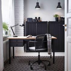 블랙 원목 소재의 ARKELSTORP/아르켈스트로프 책상과 다용도수납장, GREGOR/그레고르 블랙 회전의자로 꾸민 홈오피스