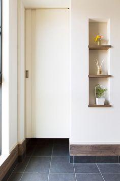 玄関ホールにはシューズクロークが設けられ、たっぷり収納ができるスペースに。 Asian Interior Design, Garage Interior, House Rooms, Bathroom Medicine Cabinet, Tall Cabinet Storage, Entrance, Living Spaces, Bookcase, Shelves