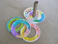 家に使い残した紙皿はありませんか?紙皿を使って、子供が元気に遊べるオモチャを手作りしましょう♪輪を投げて、ポールに投げ入れる「輪投げ」は、雨の日もアクティブに室内で遊ぶことができるゲームです。輪投げを家にある物を使って工作遊びをしたあとは、みんなで輪を投げ入れて楽しく遊びましょう♪紙皿やペットボトル、ラップの芯などを活用して、低コストにDIYできますよ。紙皿輪投げの作り方をご紹介します! | ページ1