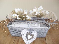 Leuk voor op de vensterbank, een balkonhangmand, kussentje erin, takken en bloemen boven op het kussen voor decoratie, klaar.