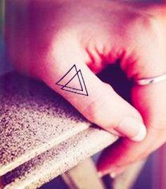 Tatuaggi dita: triangoli incrociati
