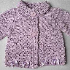 Casaco crochê de linha com lacinhos Crochet Lovey Free Pattern, Crochet Baby Sweater Pattern, Crochet Baby Sweaters, Baby Sweater Patterns, Baby Girl Patterns, Crochet Coat, Baby Girl Crochet, Newborn Crochet, Baby Knitting Patterns