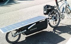 Biycle trailer with solar panel charges electric bike Biycle trailer met zonnepaneel laadt elektrische fiets op Solar Panel Cost, Best Solar Panels, Velo Design, Solar Car, Cargo Bike, Fat Bike, Touring Bike, Electric Bicycle, Bike Accessories