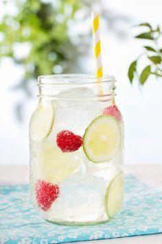 Erfrischende Limonade mit Himbeeren und Limetten   http://eatsmarter.de/rezepte/erfrischende-limonade-1