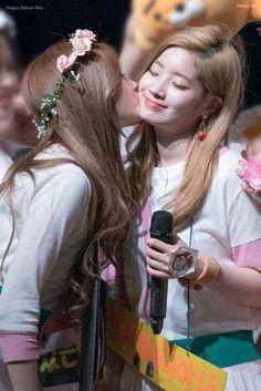 TWICE - Sana 사나 • 湊崎紗夏 & Kim DaHyun 김다현 (SaiDa Couple 사이다 커플) at Gangnam fansign 170527 강남 팬사인회 #さな姫