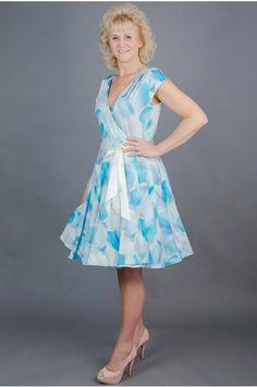 Zavinovací šaty tyrkysové elegantní zavinovací šaty kratší rukávek a sklady  na ramenou bohatá 3 4 kolová sukně zapínaní na knoflíčky v pase v pase jsou  šaty ... a9838c3472