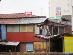 @cherub_chiki 空き地ができて、下北沢駅前市場が横から見えた。ツギハギ建築、アートみたい。これも風前の灯火。 #シモチカ... on Twitpic
