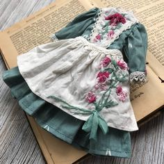 Vintage outfit with floral embroidery for Blythe doll Doll Clothes Patterns, Clothing Patterns, Dress Patterns, Green Cotton, Cotton Lace, White Cotton, Vintage Outfits, Look Girl, Romantic Outfit