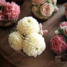 Finishing on Pom-pom cupcake. How to ... Available in Advance class online class. For info jivi5096@hotmail.com #butterblossoms #buttercreamflower #flowerart #flowelovers #flowercake #flowercakeclass #cakeflowers #cakeinspiration #pipingclass #onlineclass #cream #flowers #handcrafted #bangkok #bakery #happy #chef #rose #peony #chysanthemums #class #cupcakeflowers #cupcake #birthdaycake #poppyflower #pompom Pom Pom Cupcakes, Flower Cupcakes, Buttercream Flower Cake, How To Make Cupcakes, Gum Paste, Soul Food, Flower Art, Bakery, Birthday Cake