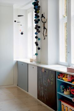 Smart storage under window + chalkboard. Baby Decor, Kids Decor, Home Decor, Deco Kids, Smart Storage, Wall Storage, Kids Lighting, Deco Design, Kidsroom