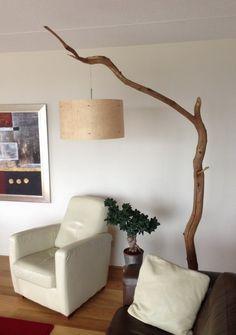 staande hanglamp gemaakt door GBHNatureart met hout fineer lampenkap van rond 50x30 cm