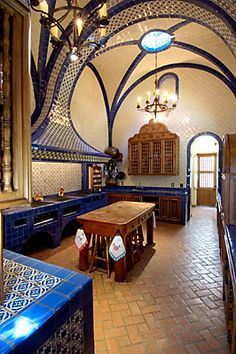 Just beautiful - Mexican Hacienda kitchen Hacienda Kitchen, Hacienda Homes, Hacienda Style, Farmhouse Kitchen Decor, Spanish Style Homes, Spanish House, Spanish Colonial, Spanish Kitchen, Mexican Hacienda