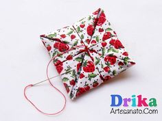 Faça uma flor de tecido quadrada passo a passo Fabric Ribbon, Fabric Flowers, Cake Decorating Piping, Felt Decorations, Sewing Patterns, Projects To Try, Gift Wrapping, Quilts, Christmas Ornaments