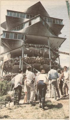 El edificio Pagoda, fue construido por el gran arquitecto Miguel Fisac en 1965, era un edificio totalmente diferente a cualquiera que hubiese en Madrid. Se encontraba en la calle Josefa Valcarcel, … Spanish Architecture, Classic Architecture, Best Hotels In Madrid, Madrid Travel, Foto Madrid, Most Beautiful Cities, Trip Planning, Spain, Landscape
