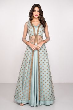 30 Trendy Sangeet Outfit Ideas for the Bride What to wear at your sangeet ceremony - 13 dress Indian bling ideas Lehenga Designs, Choli Designs, Indian Gowns Dresses, Pakistani Dresses, Net Dresses, Party Wear Indian Dresses, Indian Wedding Outfits, Indian Outfits, Indian Attire