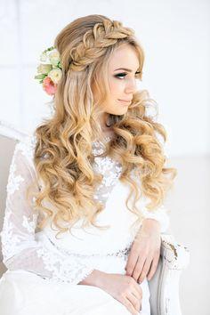 Chica usando una trenza como corona y el cabello chino