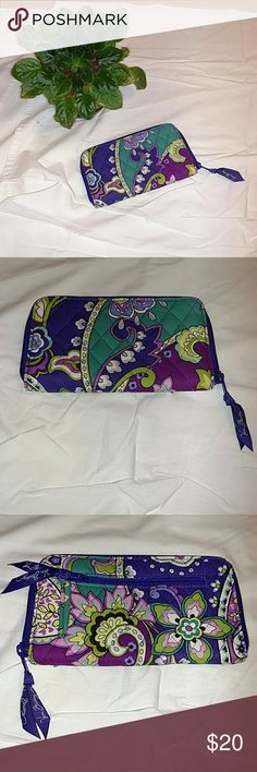 Vera Bradley Wallet Wristlet Great condition Vera Bradley wallet that can also be used as a wristlet. Zipper around the wallet and pocket in the back of the wallet. Vera Bradley Bags Clutches & Wristlets