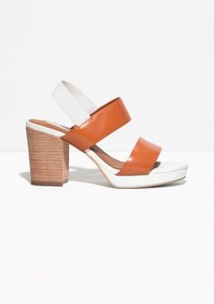 These classic heeled sandals feature a minimalistic strap design with a shiny finish. The elasticated strap ankle enables a supreme fit.