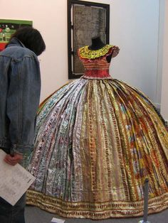 You'll never believe it! This dress is made entirely from candy wrappers! From the collection of Finnish artist Virpi Laukkanen, Vesanen. She argues that the Russian candy wrappers are the most beautiful!