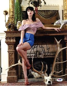 See Katy Perry pictures, photo shoots, and listen online to the latest music. Russell Brand, Katy Perry Legs, Poses, Pin Up Girls, Hot Girls, Divas, Katy Perry Fotos, Kati Perri, Beyonce